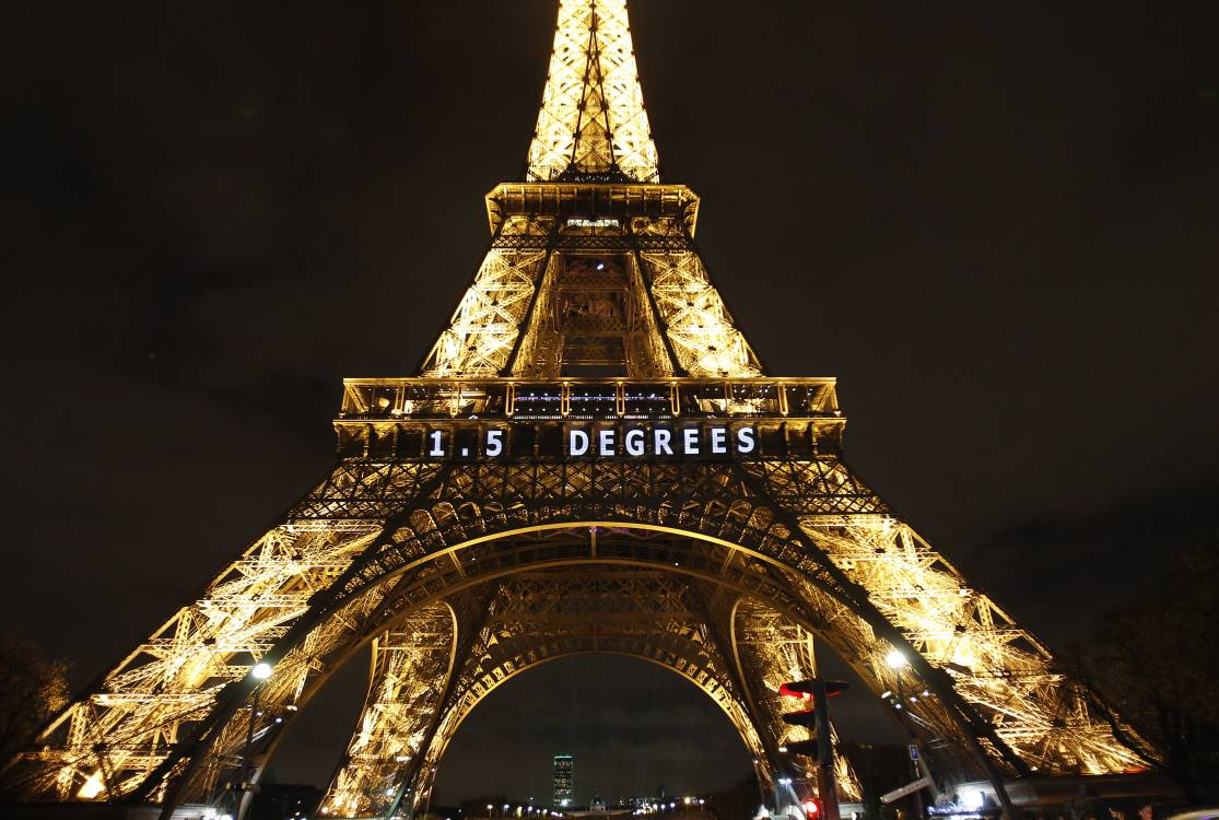 Eiffel tower displays temperature goal