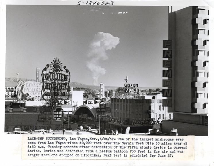 En 1957, una nube en forma de hongo, que se elevó a 40 mil pies de altura, apareció sobre Las Vegas. La nube provino de una detonación nuclear en el sitio de pruebas de Nevada, a 65 millas de distancia.