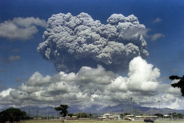 Mount Pinotubo erupting