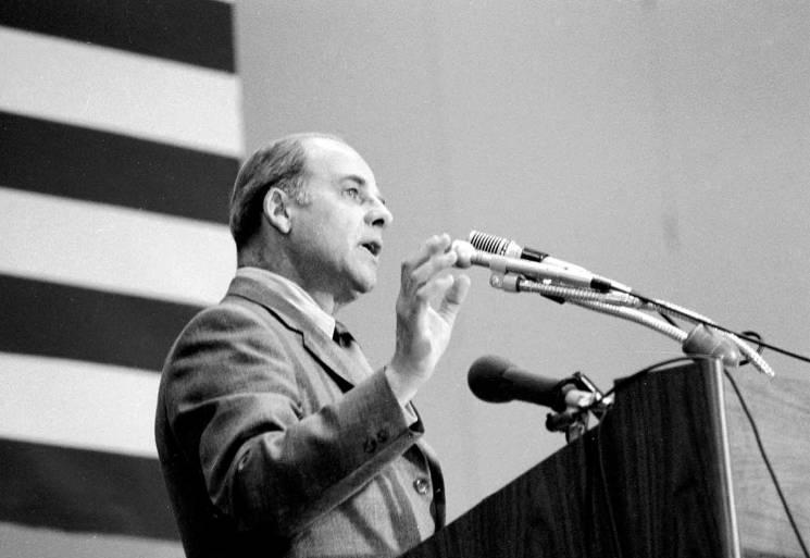 Gaylord Nelson dando un discurso en el primer Día de la Tierra. Wisconsin Historical Society