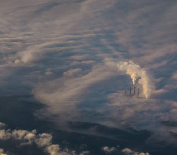 La quema de combustibles fósiles libera gases de efecto invernadero a la atmósfera. Unsplash
