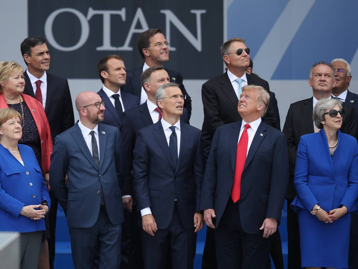 world leaders look up to the sky